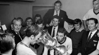 Nach dem Meistertitel 1970 gönnt sich Helmut Benthaus einen kräftigen Schluck aus dem Pokal. Auf dem Bild sind unter anderen Josef Kiefer, der früh verstorbene Goalie Jean-Paul Laufenburger und Urs Siegenthaler (zuoberst mit Krawatte) zu erkennen