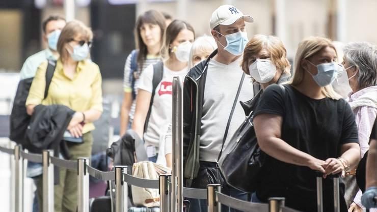 «Keine Einzelfälle»: Nicht wenige Menschen aus der Schweiz haben sich seit Mitte Juni im Ausland mit dem Coronavirus angesteckt. (Symbolbild)