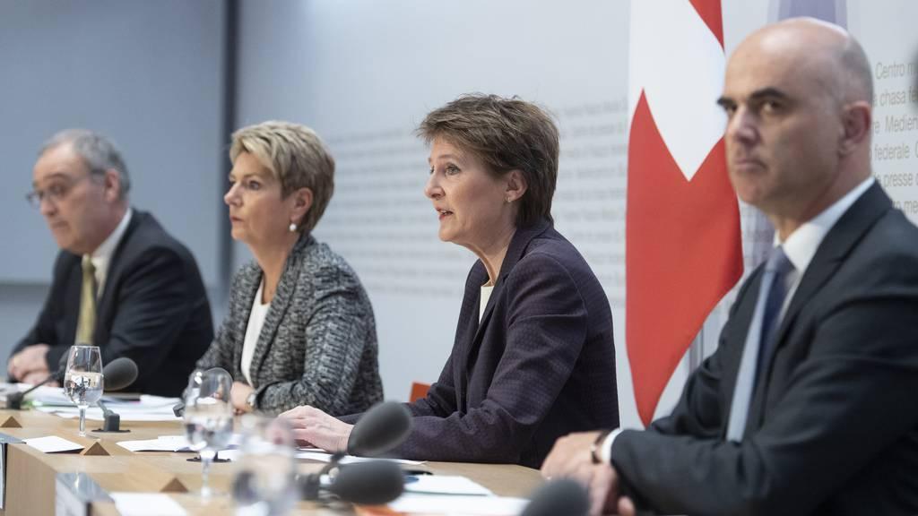 Die Bundesräte Parmelin, Keller-Sutter, Sommaruga und Berset am Freitag vor den Medien in Bern.