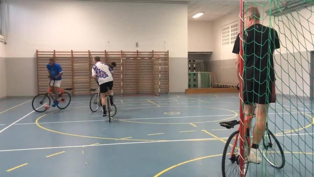 Im Training mit dem Radball-Club Grenchen: Präsident Roland Reist erklärt das Spiel