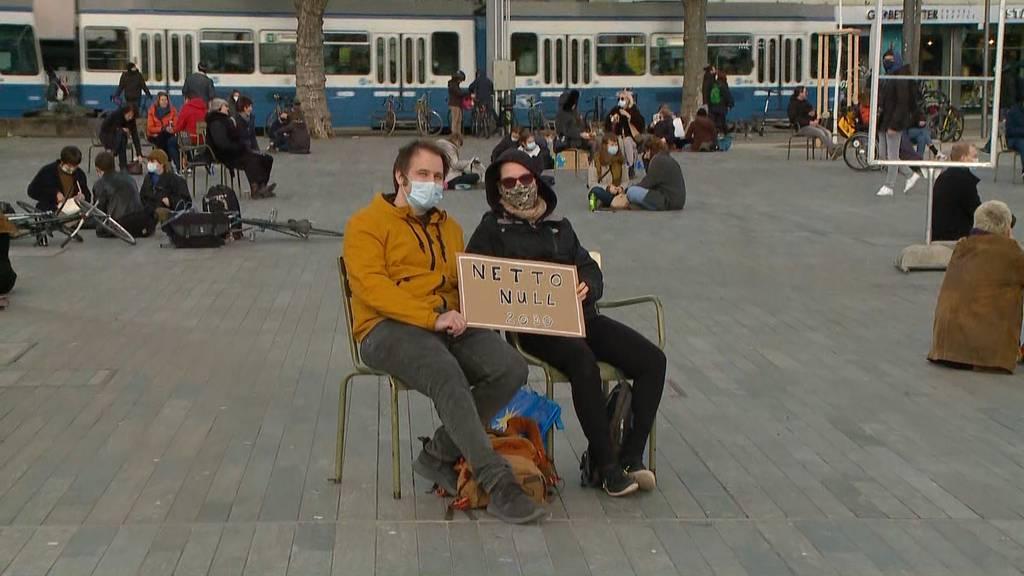 Unbewilligter Sitzstreik: Polizei lässt Klima-Aktivisten gewähren