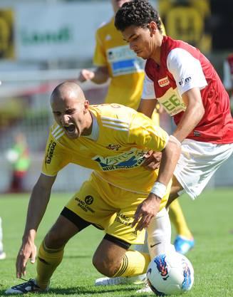 Solothurns Marc Du Buisson (r) im Kampf um den Ball gegen Badens Michael Koch