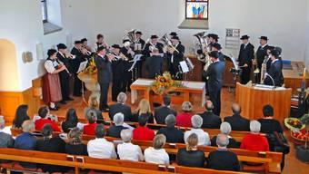 Die Dorfmusik und der Gemischte Chor Mandach umrahmen den Festgottesdienst in der Kirche musikalisch.