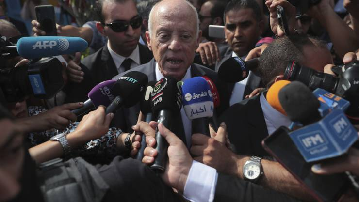 Rechtsprofessor Kaïs Saïed, Gewinner der Präsidentenwahl in Tunesien, spricht am Sonntag nach seiner Stimmabgabe zu den Medien.