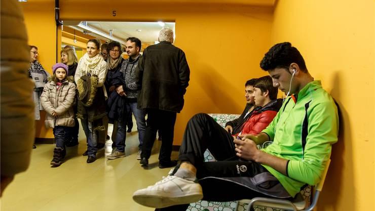 Asylbewerber und Gäste am Besuchstag in der kantonalen Unterkunft in der Geschützten Operationsstelle Grenchen.