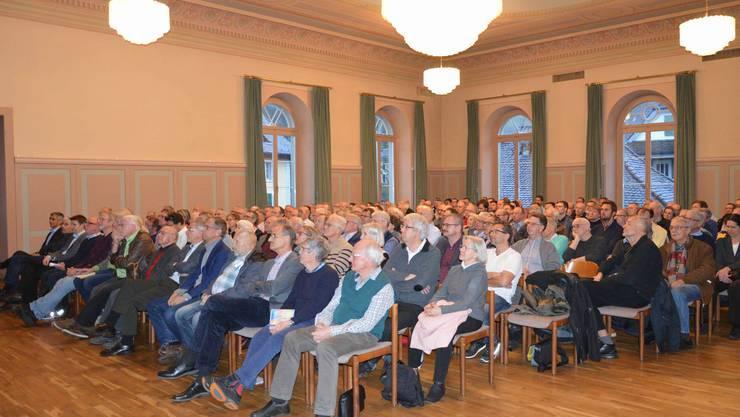 Fast 200 Besucher wohnten dem spannenden Energie-Apéro zum Thema Kosten und Nutzen der Energiewende bei.