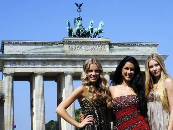 Jana, Rebecca und Amelie posieren vor dem Brandenburgertor in Berlin