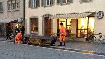 Zwei Mitarbeiter des Werkhofs machen sich ein Bild vom Schaden.