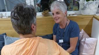 Eine Betroffene spricht mit Myrta Zimmermann vom Besuchsdienst Laufenburg.