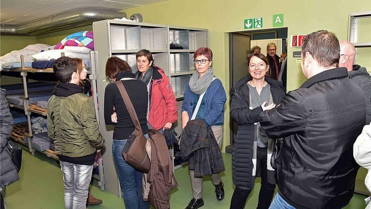In der Zivilschutzanlage besichtigen die Besucher die Massenschläge, wo die Asylsuchenden ihre Nächte verbringen.