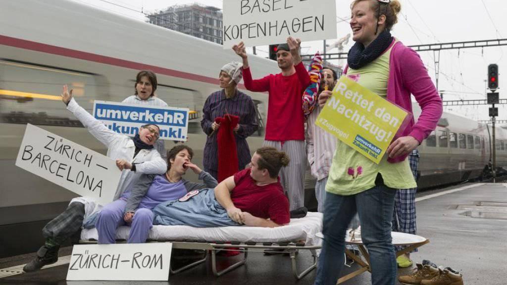 umverkehR-Aktivistinnen und Aktivisten demonstrierten Anfang 2015 im Zürcher Hauptbahnhof für die Erhaltung der Nachtzüge. (Archivbild)