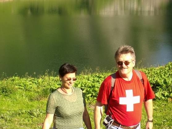 Ein Schnappschuss aus dem Fotobuch der Familie Oskar Kämpfer mit seiner Ehefrau Heidi beim Wandern unterhalb des Stockhorns, 2004.  ZVG