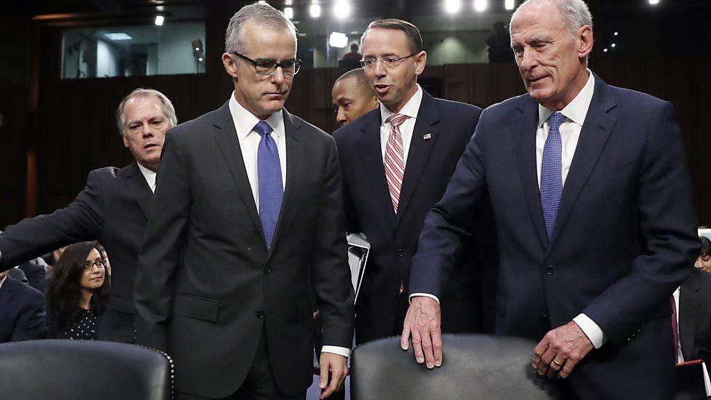 Nach Angaben des früheren FBI-Interimschefs Andrew McCabe (2. von links) hat der stellvertretende US-Justizminister Rod Rosenstein (2. von rechts) im Jahr 2017 über eine mögliche Absetzung von US-Präsident Trump nachgedacht. Anlass war die Entlassung von FBI-Chef James Comey. (Archivbild)
