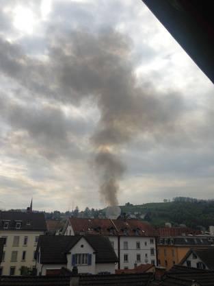 Auch an der Metallstrasse im Lachen-Quartier ist die Rauchsäule zu sehen.