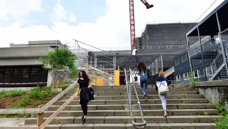 Die Baustellenschüler. Wenn der Neubau 2022 fertig ist, haben viele von ihnen längst die Matur in der Tasche.