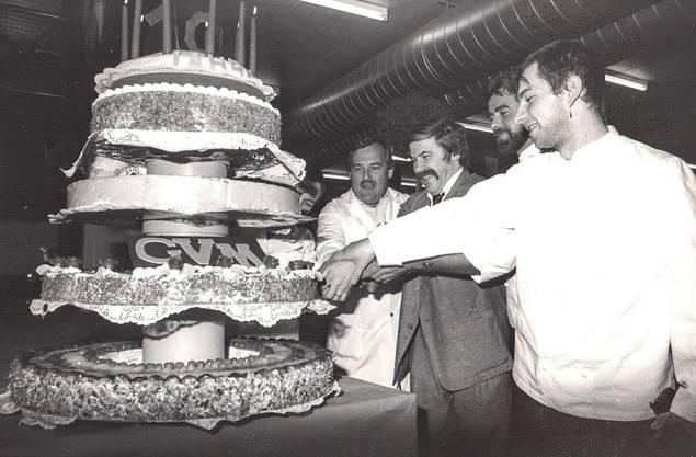Zum 10-Jahr-Jubiläum von 1988 hatten die vereinigten Bäckermeister unter der Leitung von Peter Brumann (ganz links, neben Gründerpräsident Lieni Füglistaller) eine grosse Geburtstagstorte gebacken.