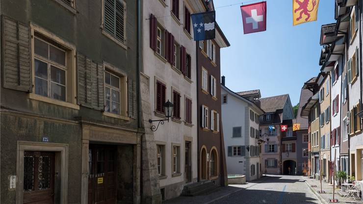 Der Laufenburger Gemeinderat darf nach einer Intervention aus Aarau Altstadt-Liegenschaften erwerben, die Verpflichtungskredite für Sanierungen müssen jedoch vor die Gemeindeversammlung.