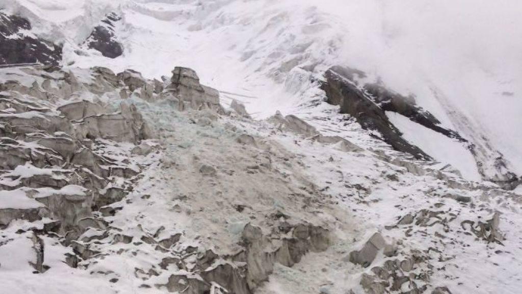 100 Kubikmeter Eis stürzten bei dem Gletscherabbruch herunter und begruben einen spanischen Bergsteiger. Er konnte nur noch tot geborgen werden.