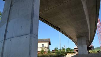 Lange ersehntes Bauwerk: Die neue Brücke überquert beim Bahnhof Boswil die Gleise und verbindet Bünzen mit der Zentralstrasse. ES