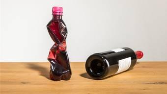 Den zu konservierenden Wein in eine PET-Flasche umfüllen und die Luft herausdrücken macht ihn mehrere Monate haltbar.