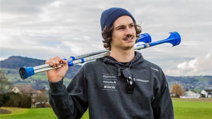 Krücken statt Ski: Dimitri Isler muss nach einem heftigen Sturz drei Monate pausieren.