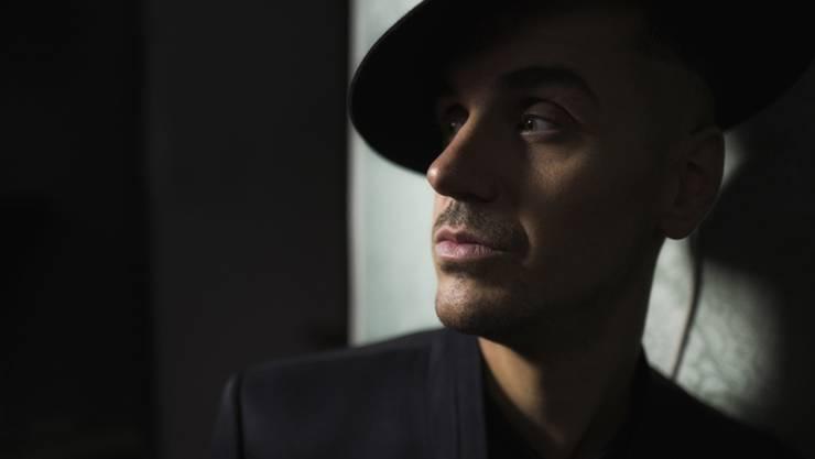 """Pathos ist sein zweiter Name: Der Aargauer Musiker Seven, der mit klassischer Musik aufgewachsen ist, nennt sich selber eine """"Drama-Queen"""" (Pressefoto)."""
