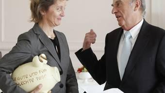 Der ehemalige Finanzminister Hans-Rudolf Merz hat das Sparschwein zu seiner Amtszeit gut gefüllt (Archiv)
