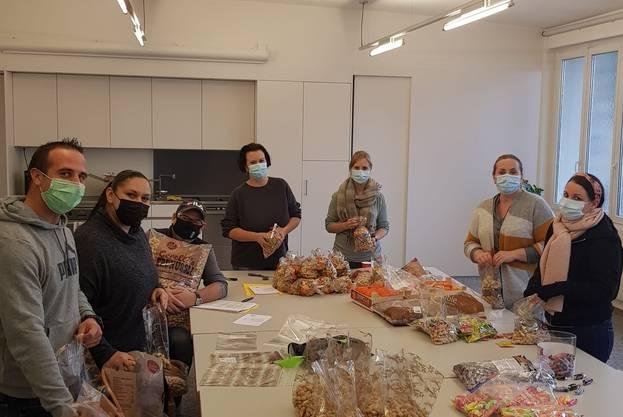 Fleissige Chlaussenzünftler befüllten viele Chlausesäckli mit Mandarinen, Nüssli und Süssigkeiten.
