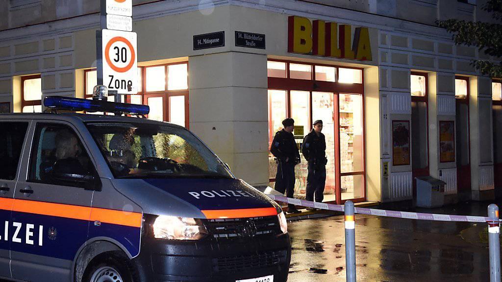 Zwei Polizisten wurden in Wien schwer verletzt, als sie einen Supermarkt-Einbrecher konfrontierten. Eine Sondereinheit erschoss den Täter, als dieser flüchtete.