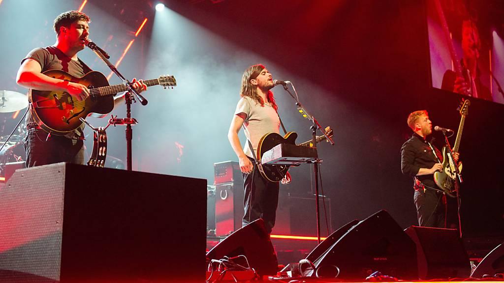 ARCHIV - Die Band Mumford  Sons mit Marcus Mumford (l-r), Winston Marshall und Ted Dwane tritt in der Barclaycard Arena auf. Foto: Daniel Bockwoldt/dpa