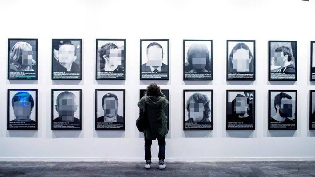 """Das aus 24 verpixelten Porträts bestehende Werk """"Presos politicos"""" (Politische Gefangene) von Santiago Sierra ist aus der Kunstmesse ARCO in Madrid verbannt worden. Künstler und Politiker protestieren gegen diese Zensur."""