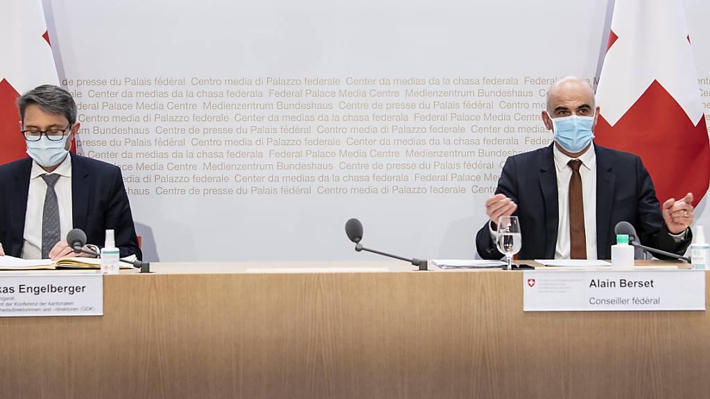 Bundesrat Alain Berset, rechts, und Lukas Engelberger, Präsident der Konferenz der kantonalen Gesundheitsdirektorinnen und -direktoren (GDK) (Archivbild)