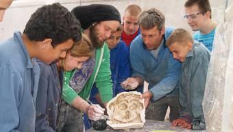 Die Bildhauer Rafael Häfliger und Alex Schaufelbühl verraten den Schülern ihre Tricks.  aw