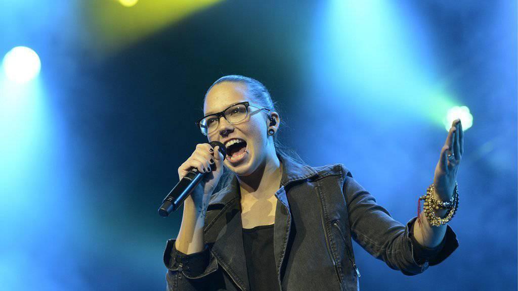 Stefanie Heinzmann im Element: Auf der Bühne können die Sängerin weder ein Sturz noch ein Blackout aus der Ruhe bringen (Archiv).