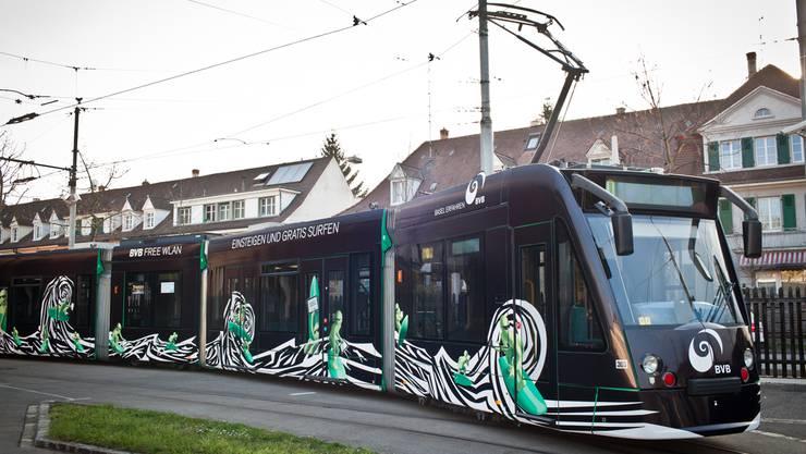 Grossflächige Werbungen an Trams haben in den letzten Jahren zugenommen – hier in eigener Sache für «BVB Free Wlan».