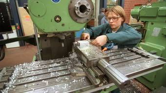 Eine Auszubildende der Maschinenindustrie. (Archiv)