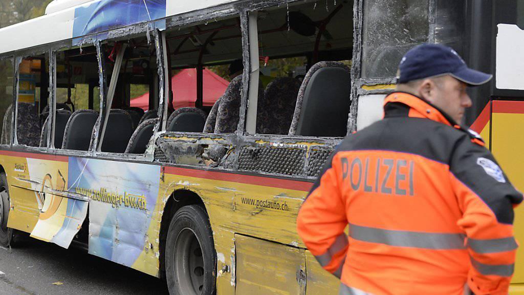 Bei dem Unfall im November 2014 starben zwei Buspassagiere. Nun wird der Lastwagenchauffeur als Unfallverursacher angeklagt. (Archivbild)