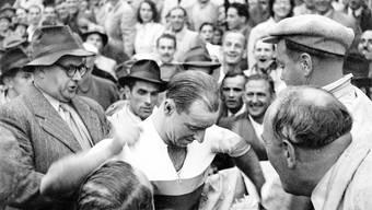 Jubel in Zürich: Hans Knecht erhält das Regenbogentrikot des Weltmeisters übergestreift.