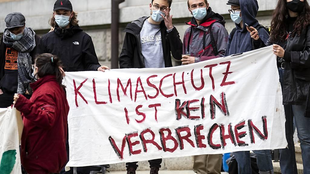Unterstützerinnen und Unterstützer der neun Angeklagten protestierten während der Verhandlung des Zürcher Bezirksgerichtes am Mittwoch.