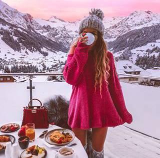 Krüsi geniesst in Adelboden ein Frühstück mit Aussicht.