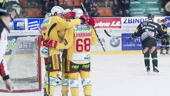 Die SCL Tigers jubeln nach ihrer 1:0-Führung in Fribourg