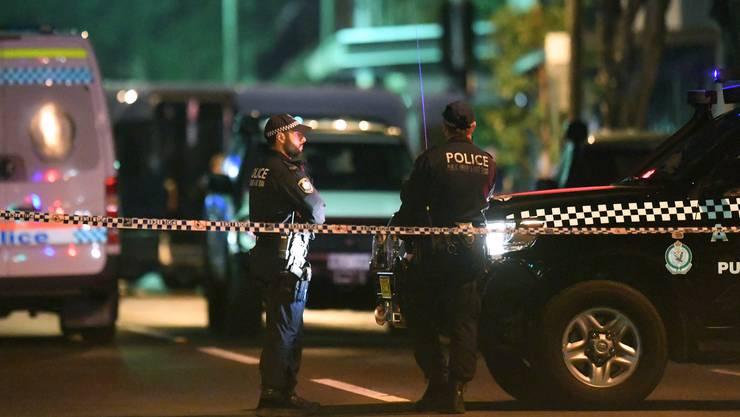 Bei einer Serie von Hausdurchsuchungen in mehreren Vororten von Sydney sind am Samstag vier verdächtige Männer festgenommen worden.