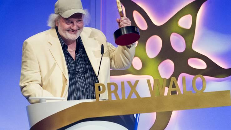 """2015: Peach Weber nimmt den Prix Walo in der Kategorie """"Kabarett/Comedy"""" entgegen"""