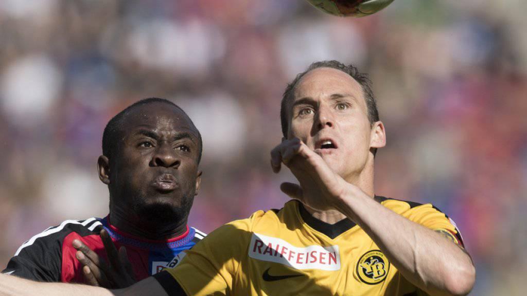 Das Spitzenspiel zwischen dem FC Basel, hier mit Seydou Doumbia, und den Young Boys, mit Steve von Bergen, endete 1:1 unentschieden