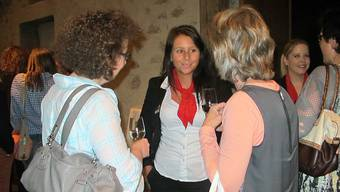 Die Co-Organisatorin der Veranstaltung, Anja Dinkel von der Raiffeisenbank Böttstein, mischt sich unter die Besucherinnen. Fotos: Britta Gfeller