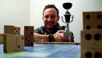 Thomas Caflisch ist gut gelaunt – als absoluter Neuling hat er sich den Domino-Weltmeistertitel geholt. FUP