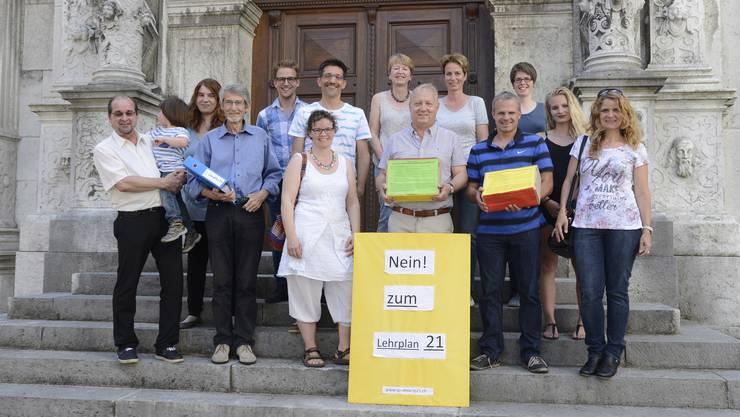 Mitglieder des Initiativ-Komitees gegen den Lehrplan 21 haben die Unterschriften eingereicht. Zu ihnen zählen unter anderem die SVP-Kantonsräte Roberto Conti und Beat Künzli, EVP-Kantonsrat René Steiner, GLP-Kantonsrätin Nicole Hirt sowie CVP-Kantonsrat Peter Brotschi.