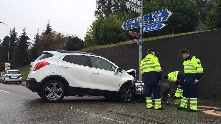 Der Autofahrer fuhr frontal gegen eine Mauer.