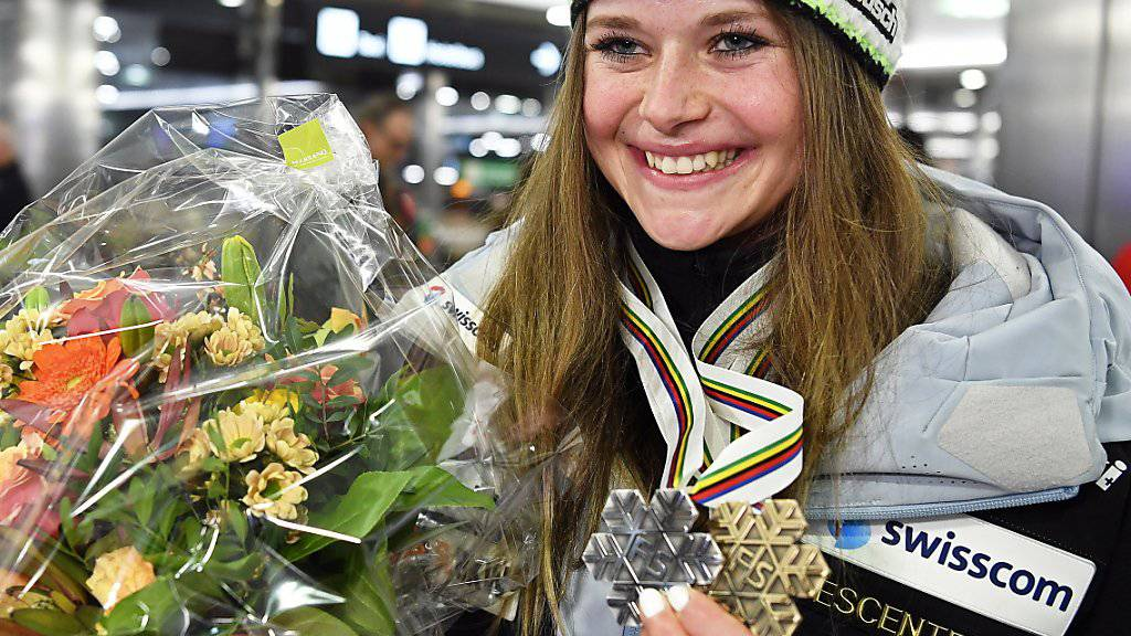 Mit den WM-Medaillen zurück in der Schweiz: Corinne Suter