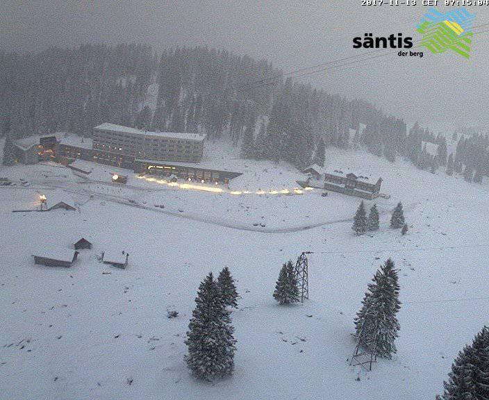 Am Morgen zeigt sich die Schwägalp winterlich weiss.  /webcam